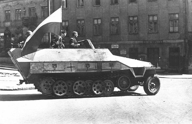 800px-Warsaw_Uprising_-_Captured_SdKfz_251_(1944)