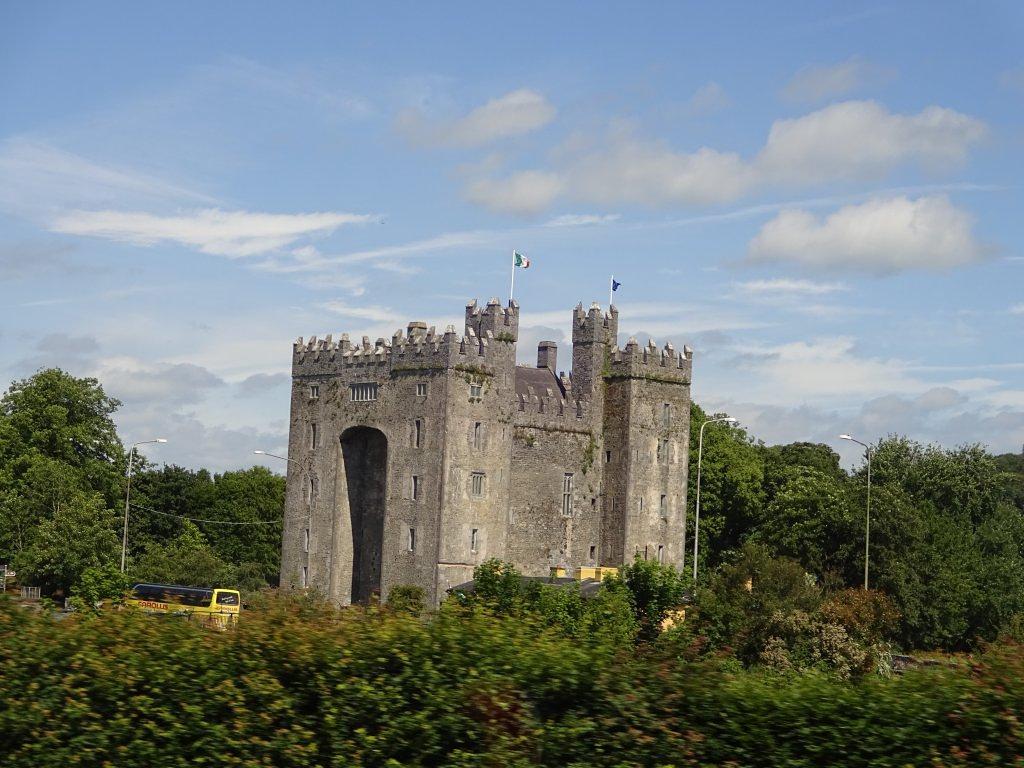 castel anglo-normand cu drapelul Republicii