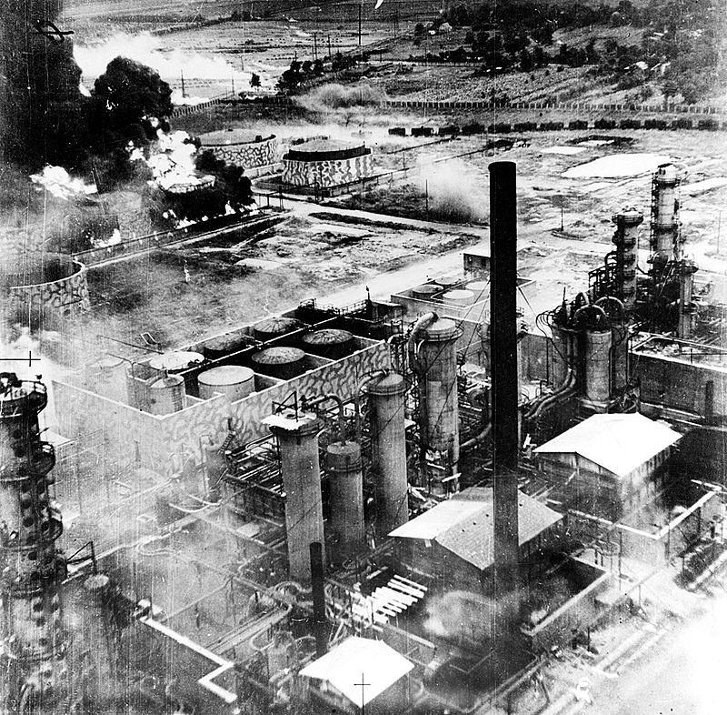 800px-Ploiesti_1943_bombardament