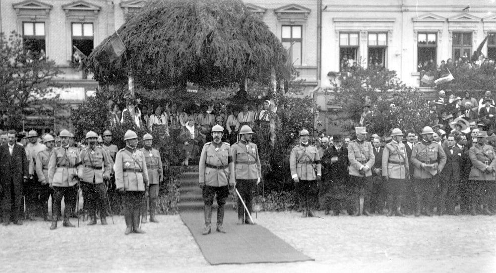 Regele Ferdinand în așteptarea defilării trupelor române