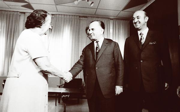 Primul-ministru israelian Golda Meir îl primeşte în vizită oficială la Ierusalim pe George Macovescu, iulie 1974 (Historia.ro)